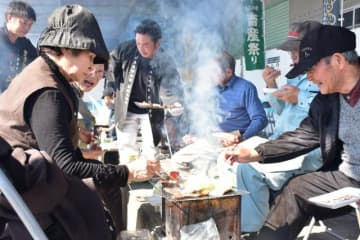 焼肉ガーデンなどが設置され、多くの来場者でにぎわう「田の神さあの里産業文化祭」
