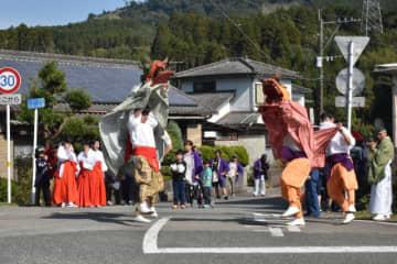 獅子舞が勇ましい舞を披露した田ノ上八幡神社の例大祭