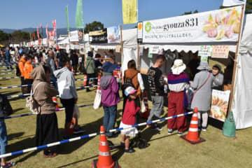 お目当てのギョーザを求める客で長い行列ができた販売ブース=16日午後、高鍋町持田・県農業科学公園ルピナスパーク