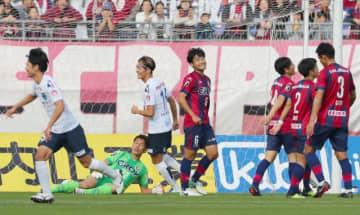 前半24分、先制ゴールを決められ、苦笑いするファジアーノ岡山のMF喜山康平(6)ら=シティライトスタジアム