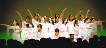 力強い演技を見せるWITHのメンバー=徳島市シビックセンター