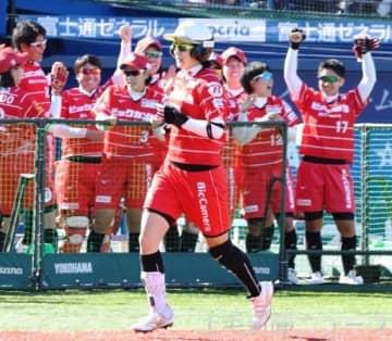 ホンダ―ビックカメラ高崎 5回裏ビック無死、北口が一時同点となるソロ本塁打を放ち、ベンチも盛り上がる=横浜スタジアム
