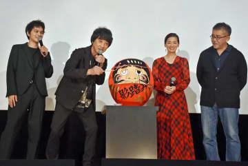 だるまでヒット祈願する山崎さん(左から2人目)ら