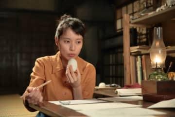 おにぎり食べて、頑張る喜美子 - 提供:NHK