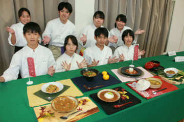 8チームが趣向を凝らした料理を作った=日田市の昭和学園高