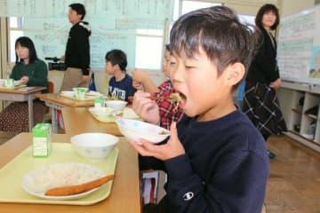 「豊後・米仕上牛」のしょうが焼きなどを味わう児童=豊後高田市の河内小
