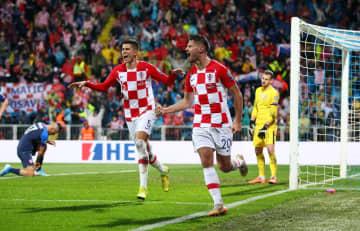 本大会出場を決めた欧州選手権予選のスロバキア戦で、ゴールを喜ぶクロアチアの選手たち=16日、リエカ(ロイター=共同)