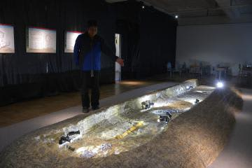 磯浜古墳群の一つ「常陸鏡塚」の副葬品などが並ぶ企画展=大洗町大貫町