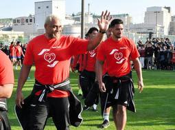 ファンにあいさつする神戸製鋼の中島イシレリ選手(左)とラファエレ・ティモシー選手(右)ら=神戸市東灘区御影浜町