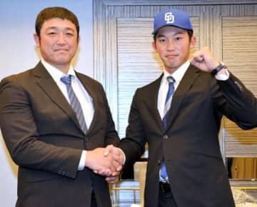 小山アマスカウトと握手する岡野投手(右)