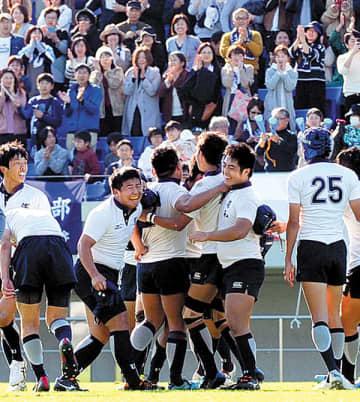 浦和―川越東 6年ぶり3度目の優勝を決め、喜ぶ浦和フィフティーン=16日、熊谷ラグビー場