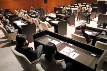 町民約60人が聞き入った議場コンサート=長与町議会議場