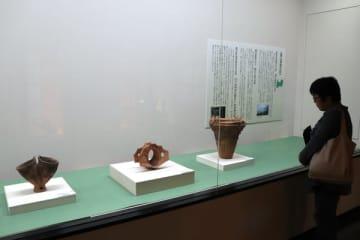 【展示品に見入る来場者=朝日町柿の町歴史博物館で】