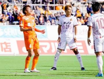 【愛媛FC―琉球】前半、チャンスでシュートを外し悔しがる愛媛FC・西岡(左)=ニンスタ