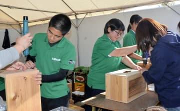 ペルー発祥の楽器「カホン」作りが体験できる上浮穴高校のブース