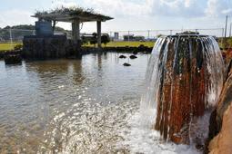 1日千トン以上の水が湧き出る「松本自噴泉公園」=西区櫨谷町松本