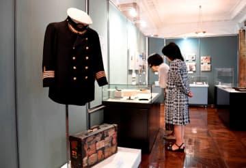 四宮船長の制服など浅間丸ゆかりの品が展示されている企画展 =日本郵船歴史博物館