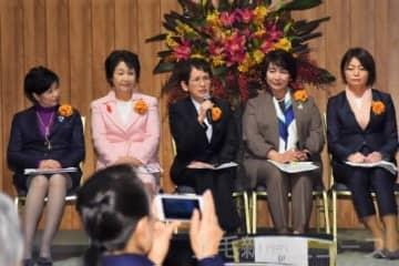 女性活躍のポイントを発表する茂木市長(左から3人目)