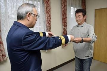 渡辺次長(左)から感謝状を受け取る長谷川さん