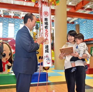 小桧山市長(左)から認定証を贈られる佐藤むつみさん・陽向ちゃん親子