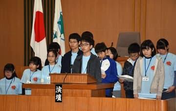 青森市議会議場で、同市のまちづくりに対する意見を発表する子どもたち