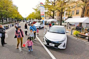 日本大通りに並べられたメーカー各社の「エコカー」=17日午前、横浜市中区