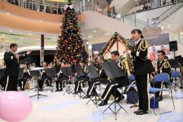 演奏する県警音楽隊のメンバー