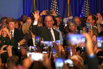 16日、米ルイジアナ州知事選に勝利し、支持者に応える民主党の現職エドワーズ氏=バトンルージュ(ゲッティ=共同)
