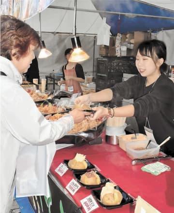 ふかしたジャガイモの塩辛のせや「ザンギ」と呼ばれる鶏の唐揚げなどが人気を集めた