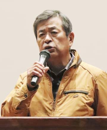 石木ダム建設に反対する集会で、発言する岩下和雄さん=17日午後、長崎県川棚町