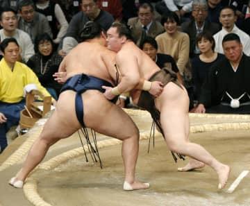 白鵬(右)が寄り切りで玉鷲を下す=福岡国際センター