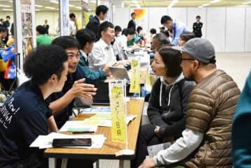本県への移住を希望する人が訪れた面接相談会=17日午後、大阪市・大阪天満橋OMMビル
