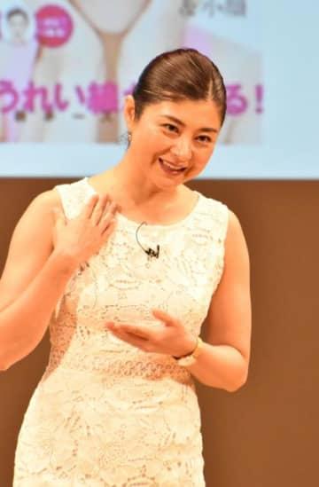 若々しい顔を保つための運動について説明する間々田佳子さん=17日午後、宮崎市・メディキット県民文化センター