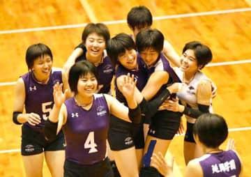 2連覇を果たし喜び合う延岡学園の選手