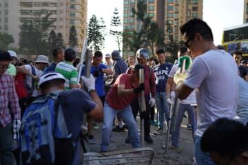 香港市民、香港大学周辺のバリケードを自主的に撤去