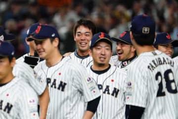 試合後は負傷で大会直前に離脱した秋山翔吾も勝利の輪に加わった【写真:荒川祐史】
