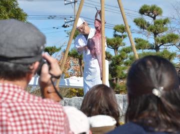 「大洗あんこう祭」で実演したアンコウつるし切り=大洗町港中央