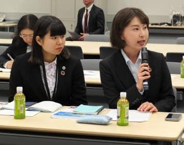 与野党の国会議員に国際連帯税の導入を訴える横浜市立大の藤澤さん(右)と南さん=13日午後、参院議員会館