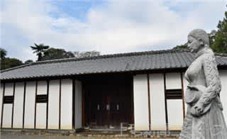 光恩寺にある荻野吟子の生家の長屋門と、吟子の石像