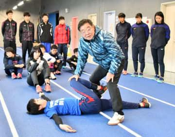 股関節の可動域を広げるトレーニング方法を指導する大村邦英さん(手前右)