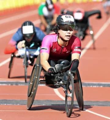 マラソンT34.53.54クラス女子で、日本新となる1時間35分50秒でフィニッシュする2位の喜納翼=大分市営陸上競技場(大分合同新聞社提供)