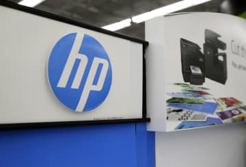 店頭に掲げられた米HPのロゴマーク=2016年5月、米マサチューセッツ州(AP=共同)