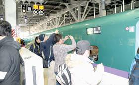 東京行き一番列車を撮影する鉄道ファン(平成28年3月16日撮影)