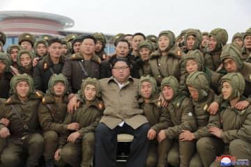 北朝鮮の空軍狙撃兵部隊との記念写真に納まる、金正恩朝鮮労働党委員長。朝鮮中央通信が18日報じた(朝鮮通信=共同)