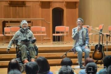 講演する(左から)奥野さんと香川さん