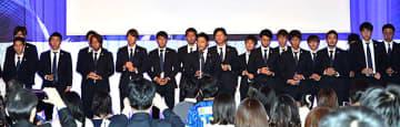 ファンに感謝の思いと決意を伝える主将のDF山田拓巳選手(中央)ら=山形市・パレスグランデール
