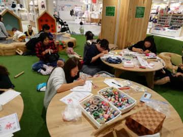近鉄百貨店草津店にてごほうびサロン「手形・足形アートでサンタクロースとトナカイを作ろう」が開催されました!