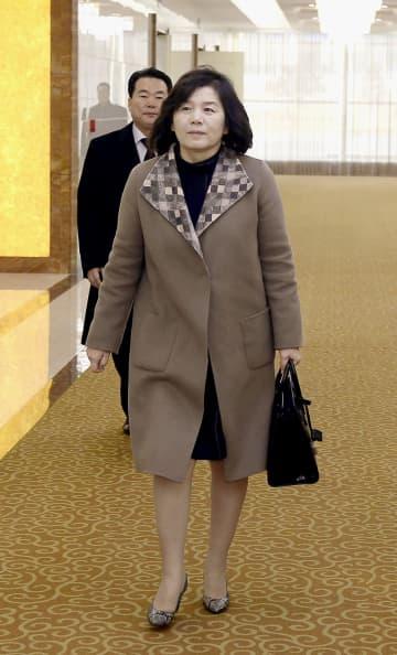 18日、ロシア訪問へ出発する北朝鮮の崔善姫第1外務次官=平壌国際空港(共同)