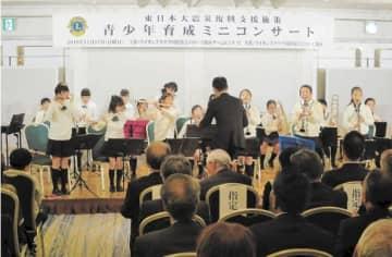 元気に演奏する沖野東小合奏団