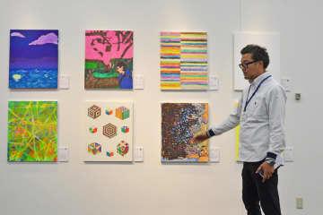作品を紹介するアートディレクターの大平さん=川崎市幸区のミューザ川崎シンフォニーホール